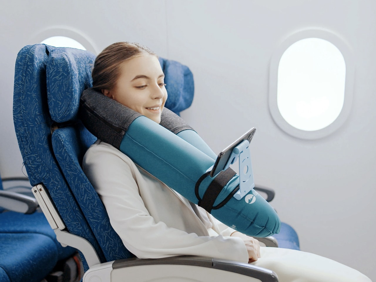 The multifunctional design allows you to set up a mobile phone stand on your travel pillow in mere seconds. Sit back and relax while your favorite pillow takes care of entertainment during your trip.