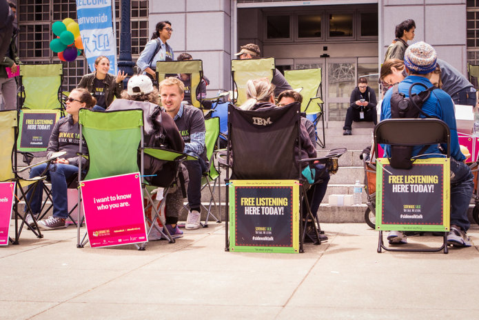 """""""Nós ensinamos e praticamos escuta ativa nos espaços públicos para humanizar nosso solitário e desconectado mundo. Todo momento de conexão genuína melhora seu bem-estar."""" Foto: Divulgação."""