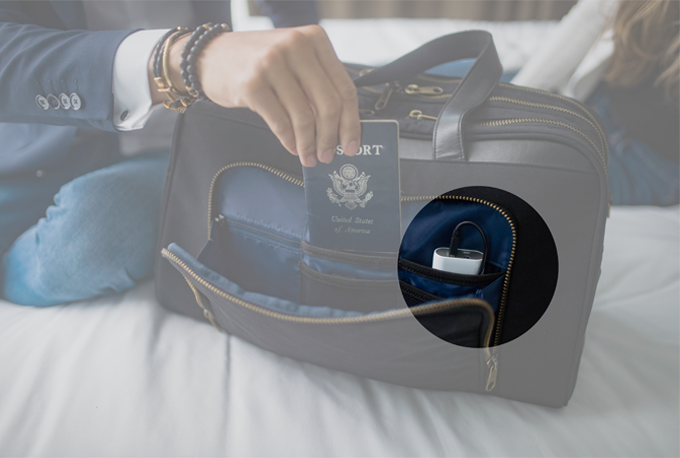 0ec0f97cdcb7 ... The FAA allows battery packs in carry-on baggage as long as they are  removable from the luggage. Since the battery pack is not built in to the  bag